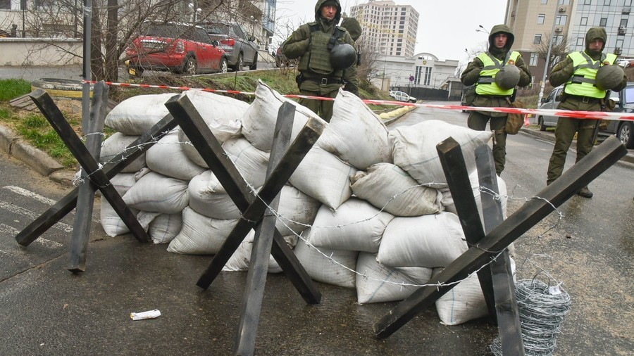 Soldiers block consulate in Ukraine