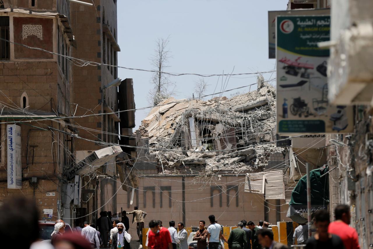Saudi airstrike levels yemen presidential palace