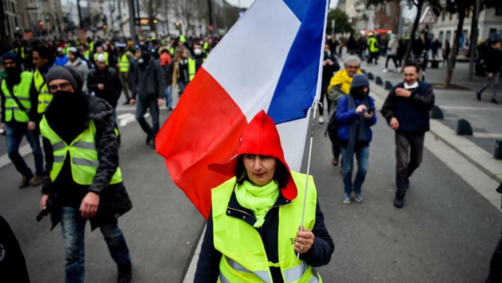 Yellow Vests take to the streets in rejection of Macron's 'rubbish' olive branch
