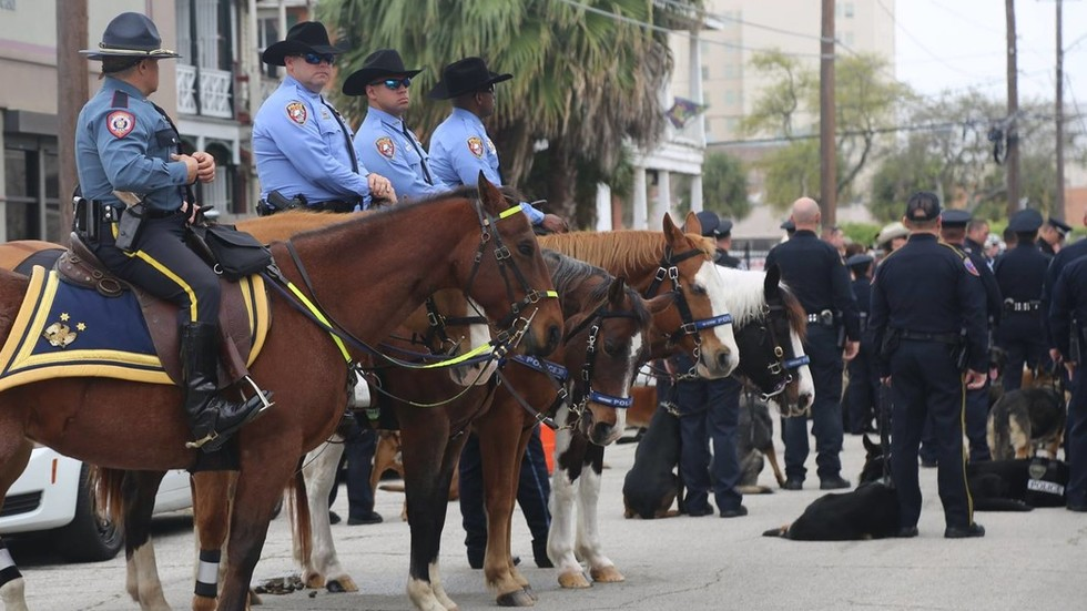 Texas police sorry for mounted officers leading handcuffed black man by a rope