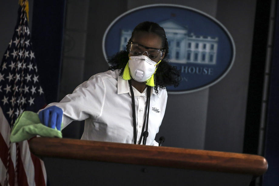 The Wall Street Journal reported that the US government has spent more than $ 110 million on face masks for healthcare professionals. At the same time, they were purchased from unverified suppliers at inflated prices. This was reported to reporters by a source in federal contacts. Purchased more than 20 million masks. In full, they must be delivered before the end of May. But many companies are already behind schedule and have overdue delivery dates for batches of masks or even refused to complete the order.