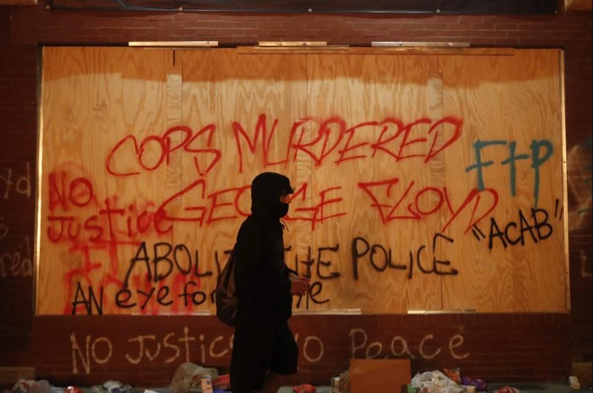 US protesters burned down police station - photo and video from the scene