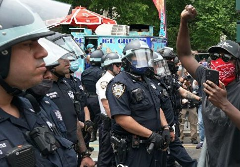 Police officer detained in New York after applying asphyxiation