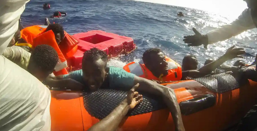 Lampedusa: nearly 370 migrants rescued from an old fishing boat