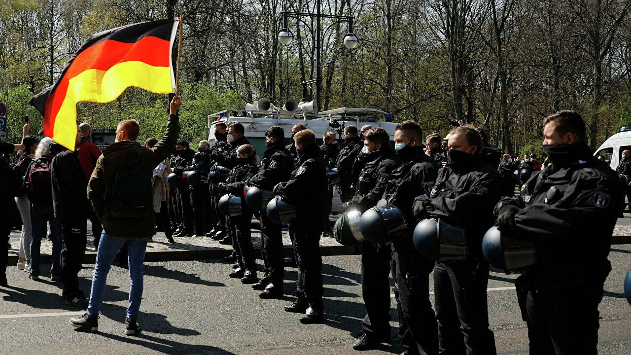 Berlin police uses pepper gas against demonstrators