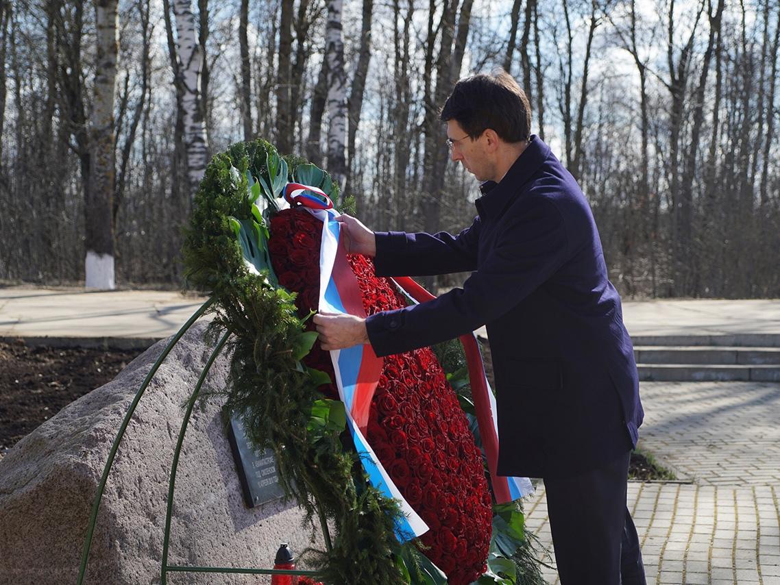 Polish diplomats lay wreaths at Tu-154M crash site