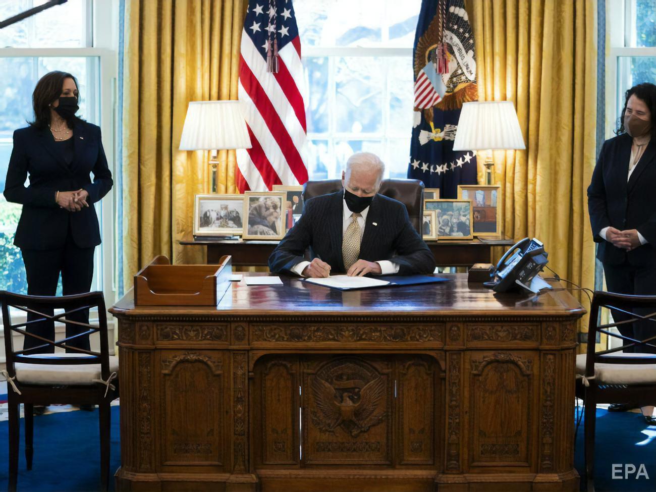 Biden signs decree imposing sanctions on Russia: US expels ten Russian diplomats