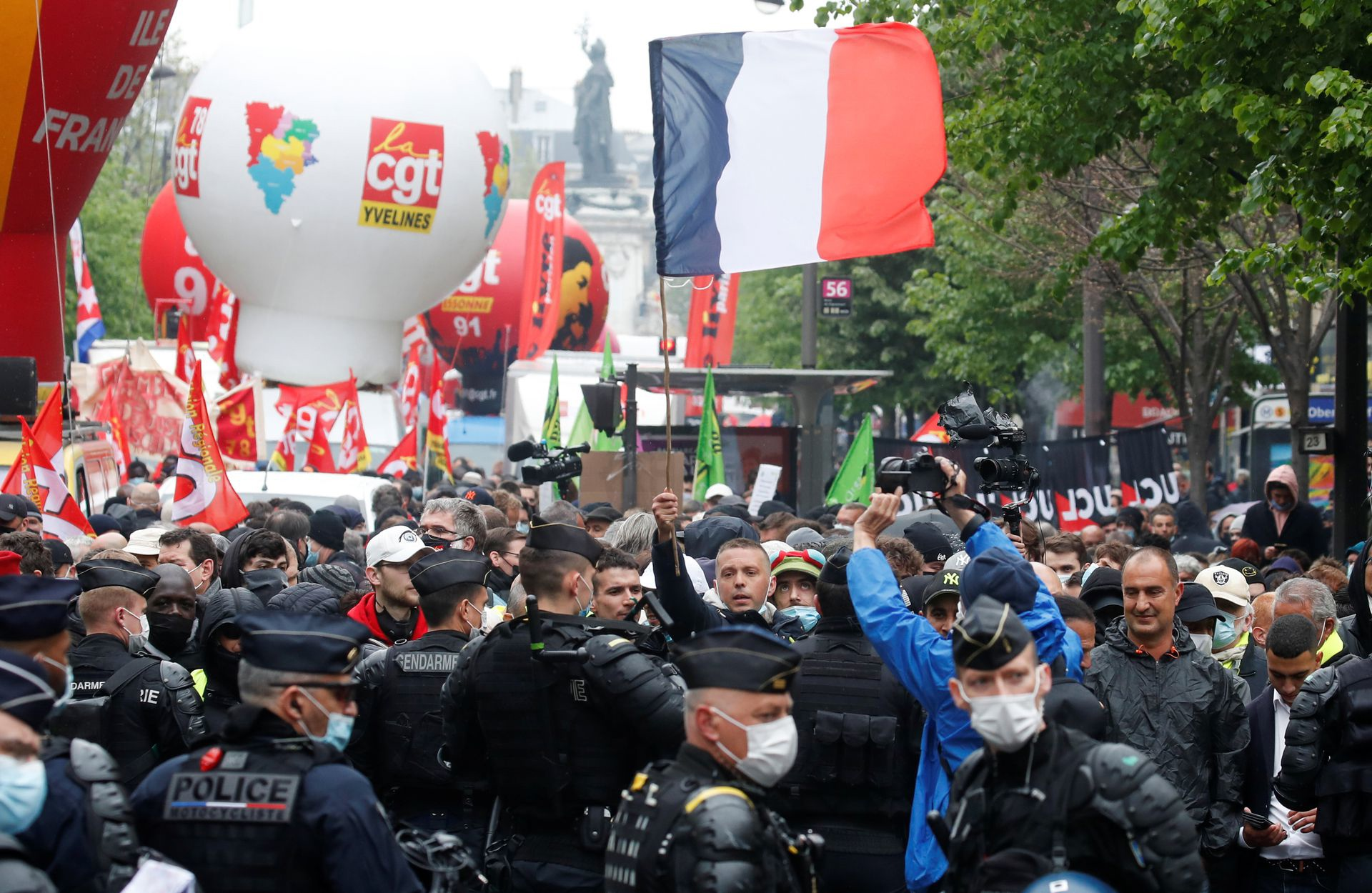 Law enforcers in Paris begin arrests of participants in May Day demonstrations